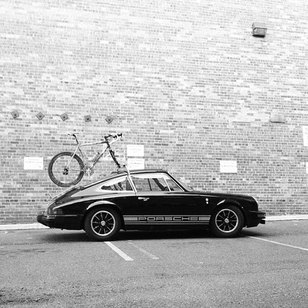 Porsche 911 con bici sul tetto
