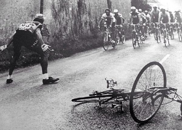 Ciclista affronta il gruppo