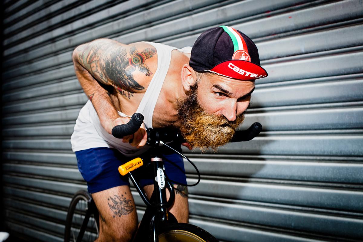Alexeis Reyes con un cappellino da ciclismo