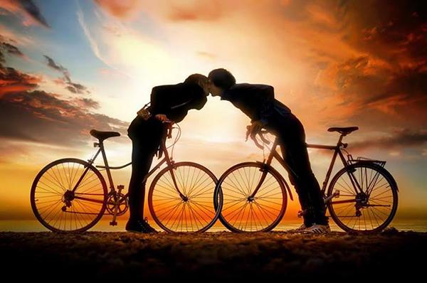 Due ragazzi si baciano in bici