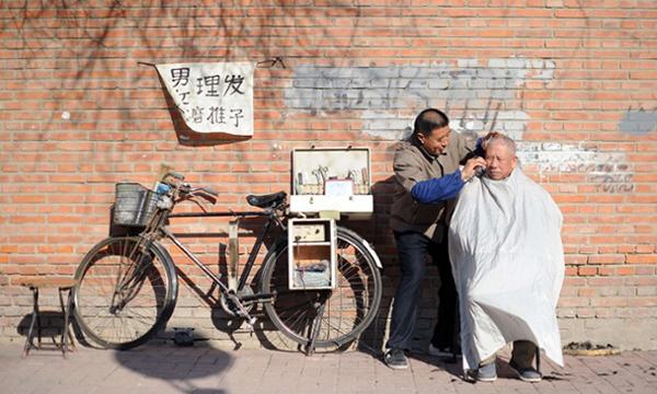 Il barbiere ciclista in Cina