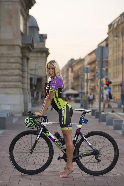 Una ragazza in bici a piedi nudi