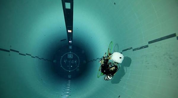 Alberto Calesella in bici a 42 metri di profondità
