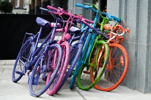 Bici dipinte con i colori dell'arcobaleno
