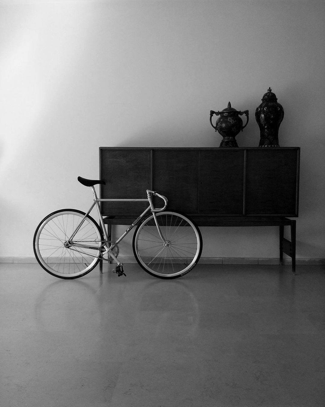 Bici fixie con mobili d'epoca