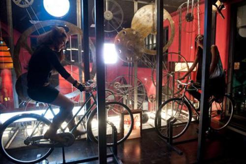 Le bici usate come generatori nella discoteca Fuori Orario