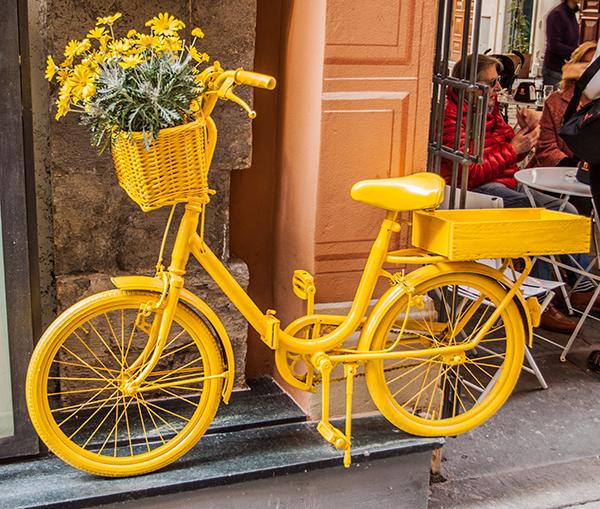 Bicicletta dipinta di giallo