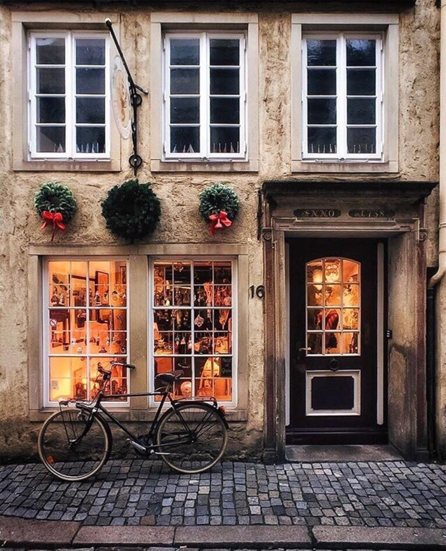 Bici davanti a un negozio con addobbi natalizi