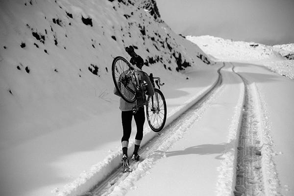 Bici in spalla con fondo nevoso