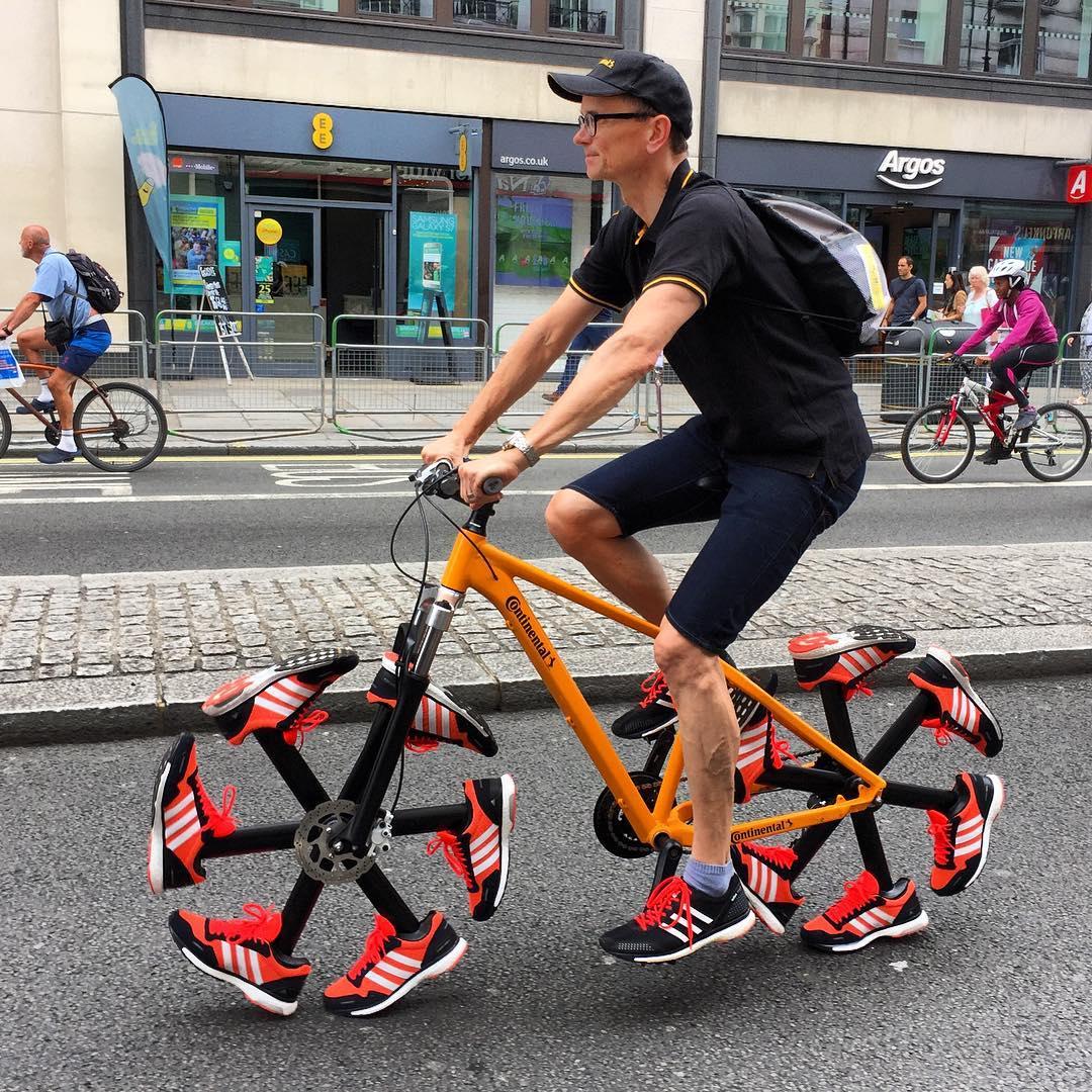La bici con le scarpe da corsa
