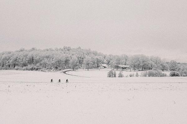 Tre ciclisti pedalano nella neve in Svezia