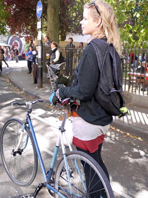 Una ragazza bike messenger