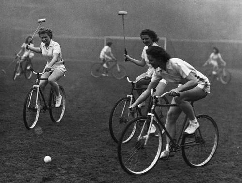 Ragazze giovano a bike polo