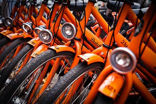 Le biciclette arancioni del bike sharing di Amsterdam