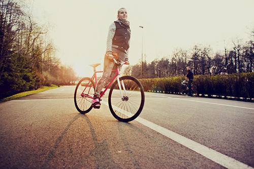 Una bionda su una bici a scatto fisso