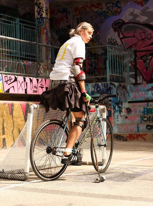 Biondina, portiere di bike polo
