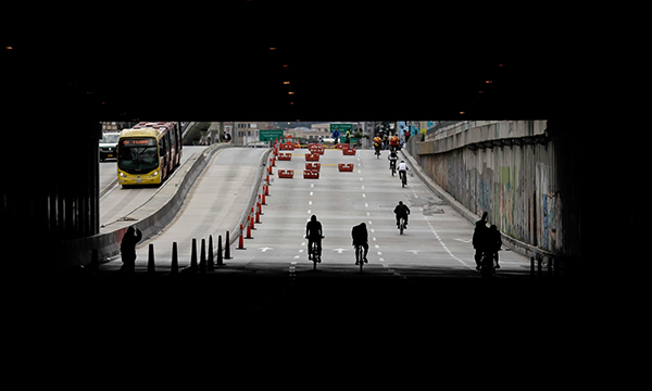 In bici per le strade di Bogotá