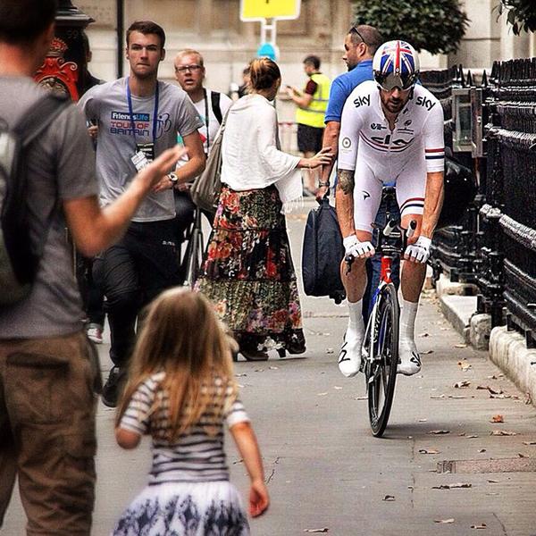 Bradley Wiggins in bici per le strade di londra