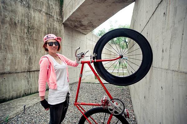 Ragazza con la bici fissa