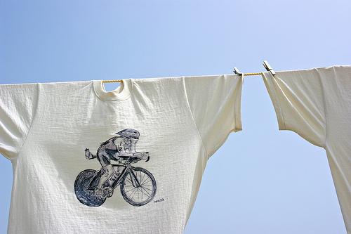 T-shirt stesa con ciclista
