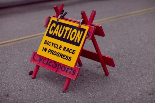 Cartello di avviso gara ciclistica in corso