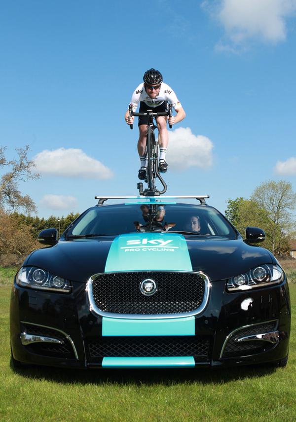 Mark Cavendish pedala su una Jaguar XF Sportbrake