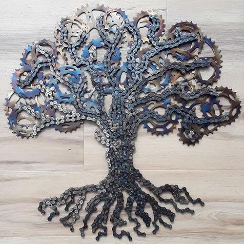 Un albero di corone e catene