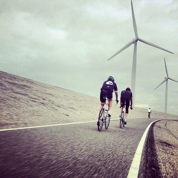 Ciclisti e pale eoliche