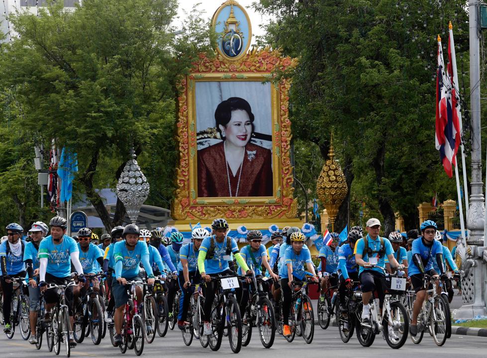 Il tributo dei ciclisti alla regina Sirikit