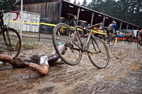 Caduta nel fango di un corridore in una gara di ciclocross