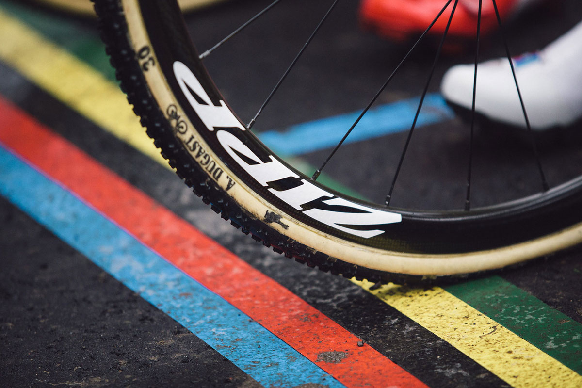 Una ruota di una bici da ciclocross sul traguardo iridato