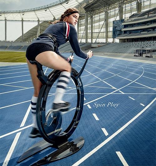 Una ragazza pedala su una Ciclotte