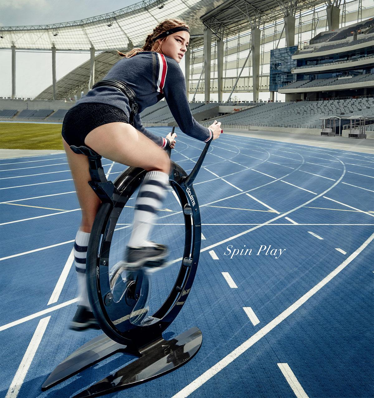 Una ragazza pedala su na Ciclotte