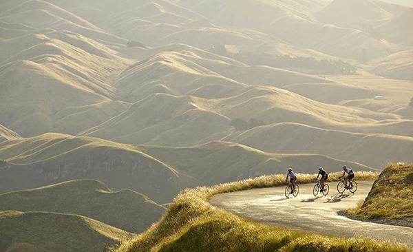 Ciclisti scalano colline