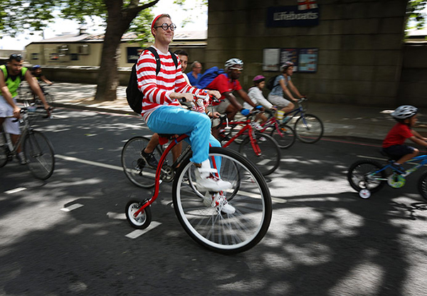 Ciclista alla Ride London vestito da Wally/Waldo