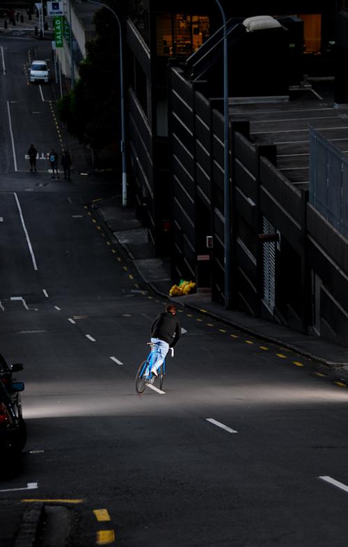 Giù dalla collina con una bici a scatto fisso