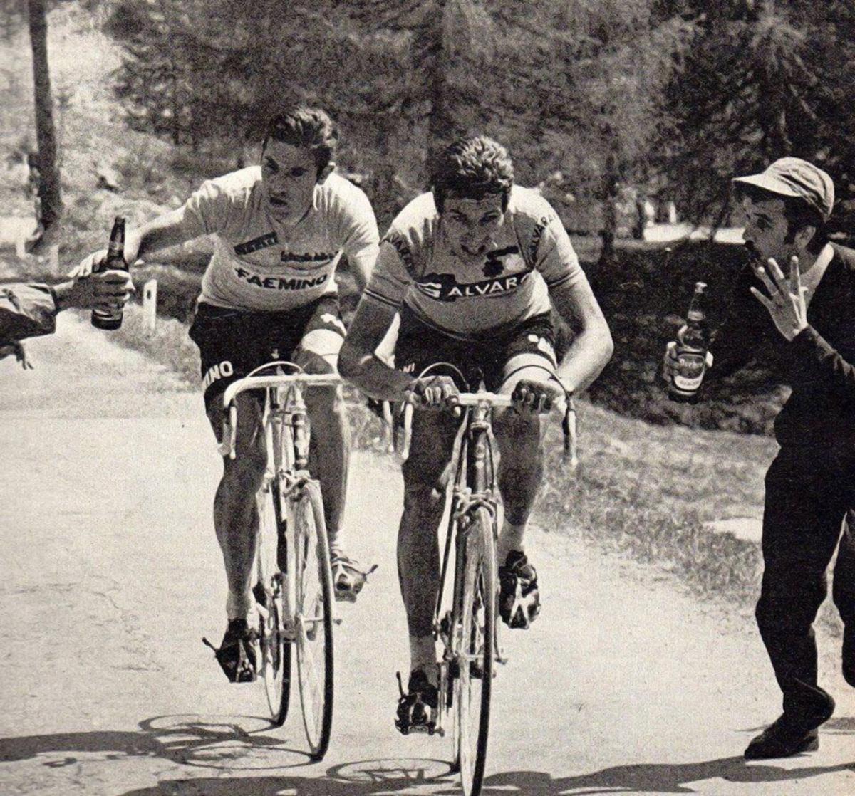 Eddy Merckx con una birra al Giro d'Italia