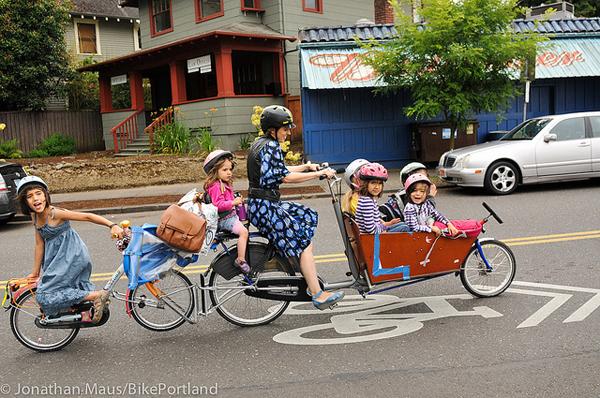 Emily Finch in bici con i sei figli