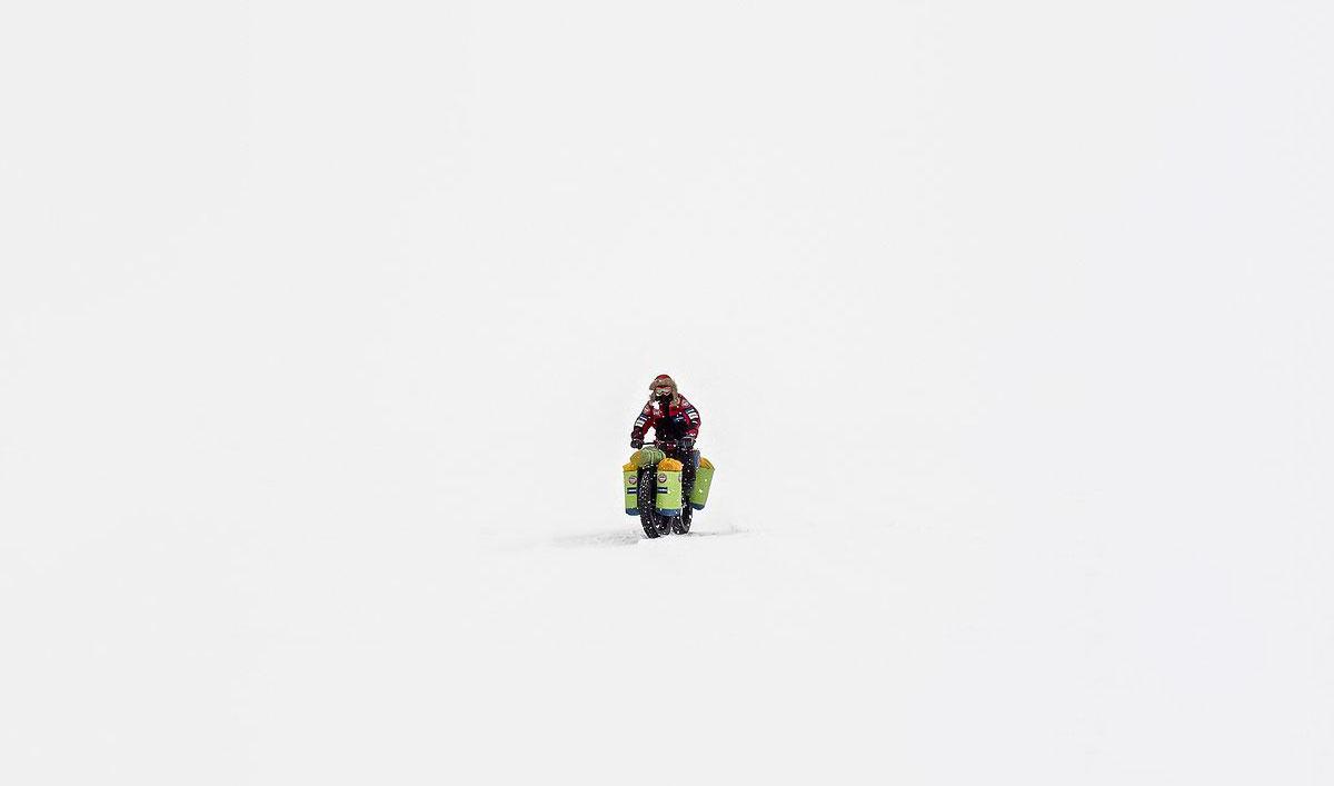 Eric Larsen in bici in Antartide