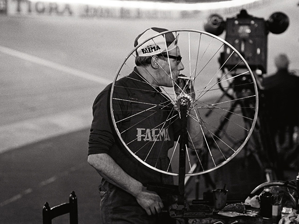 Meccanico Faema e ruota da bici