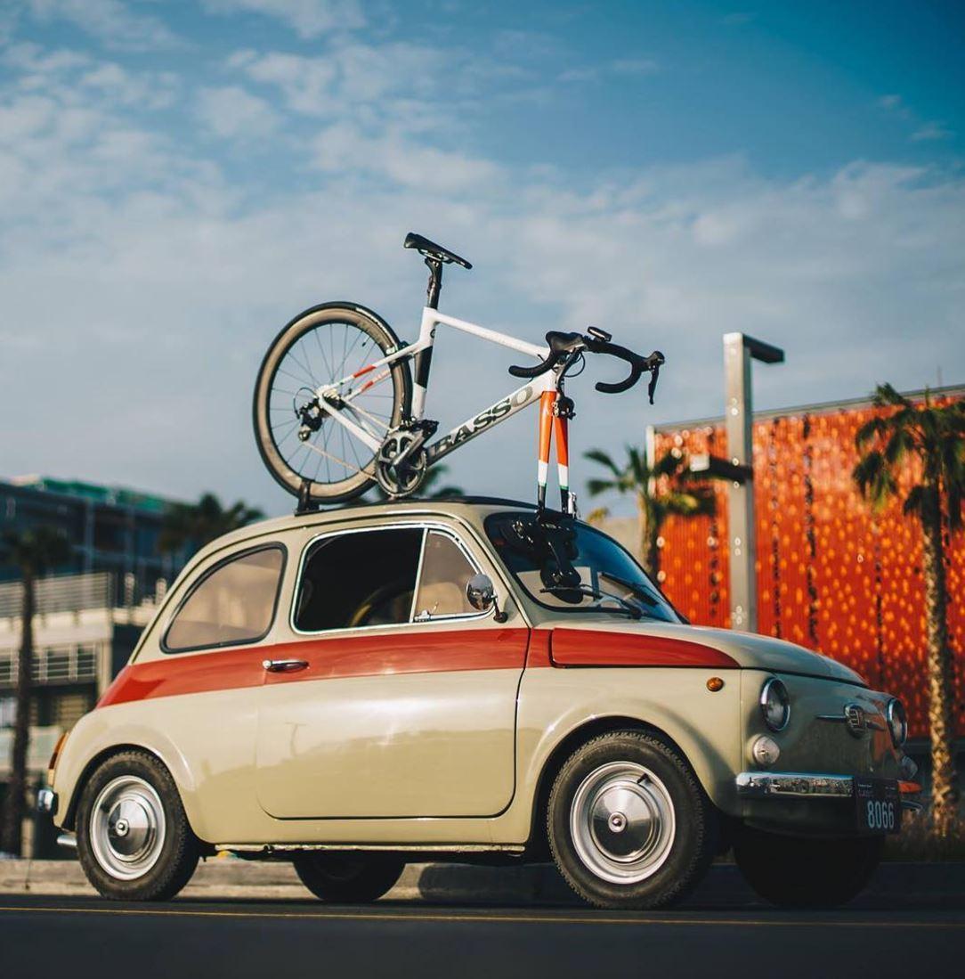 FIAT 500 con una bici Basso sul Tetto