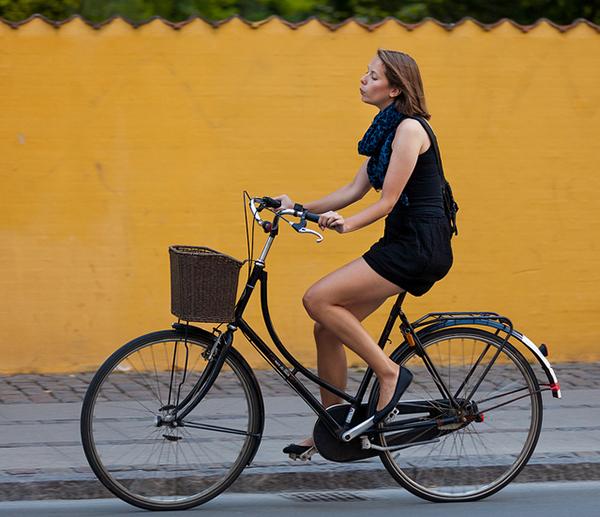 Una ragazza fischietta in bici