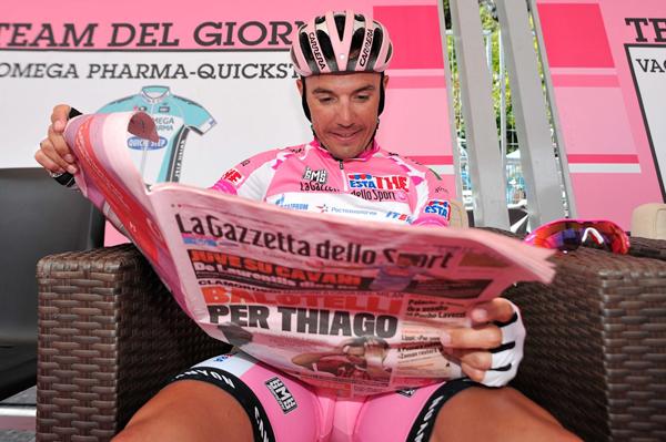 Rodriguez legge La Gazzetta dello Sport