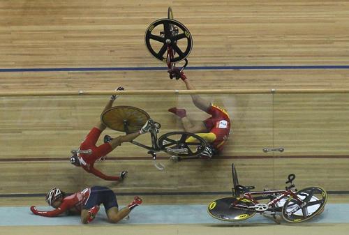 Caduta durante la gara in pista ai Giochi asiatici a Guangzhou in Cina