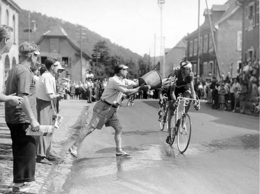 Secchiata d'acqua a Fausto Coppi al Giro d'Italia