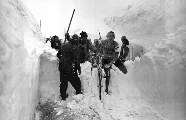 Con la neve alle ginocchia sullo Stelvio al Giro 1965