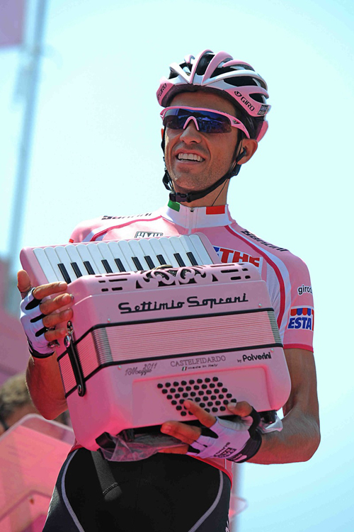 Contador in rosa con una fisarmonica
