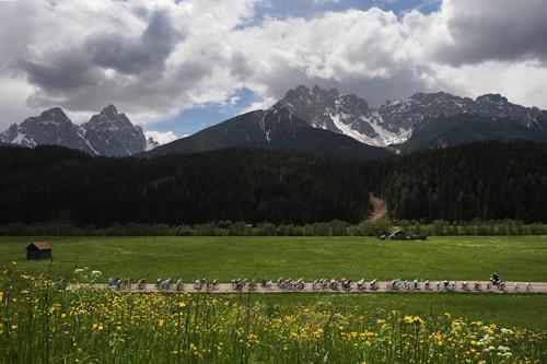 La carovana rosa tra le Alpi