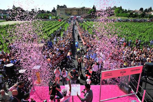 La firma pre partenza al Giro d'Italia
