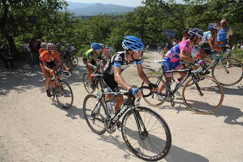 Ciclisti al Giro sulle strade bianche